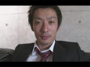 【ゲイ動画】ガッチリとした体形のイケメンの素人がスーツを脱がされながらゴーグルマンにフェラをされまくる!