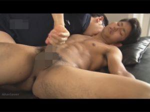 【ゲイ動画ビデオ】体育会系のスリ筋の男が寝そべった状態でゴーグルマンに全身をいじられ続けることになる!