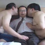 【ゲイ動画】ドMなオヤジを責める2人のキモメン…乳首、チンポ、アナルを2人から同時に責められて甘い喘ぎ声を出して悶える!
