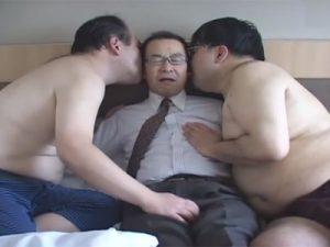 【ゲイ動画ビデオ】ドMなオヤジを責める2人のキモメン…乳首、チンポ、アナルを2人から同時に責められて甘い喘ぎ声を出して悶える!