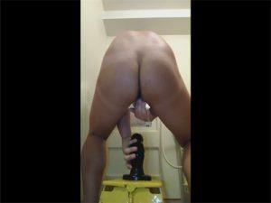 【Twitterゲイ動画】直径8センチもあるアナルプラグをお尻で丸呑みするチンポピアスのデカ尻兄貴!