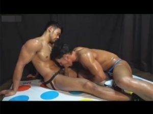 【ゲイ動画】バルクマッチョな筋肉男子がツイスターゲームで身体を密着させているうちに発情…ゲームそっちのけで肛門性交に無我夢中に!