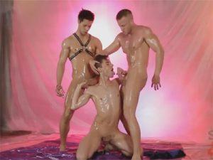 【無修正ゲイ動画】イケメン外人がヌルテカのオイルまみれになって3Pセックス!タチの巨根チンポがヌルっとケツマンに突き刺さる!