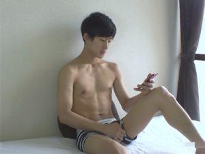 【ゲイ動画】韓国人風のルックスの爽やかなノンケイケメンがスマートフォンでオカズを見ながら全裸オナニー!