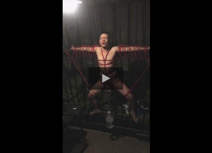 【Twitterゲイ動画】がんじがらめにロープで縛られ拘束されたM男のちんぽに重りを引っ掛けて放置SMプレイ!