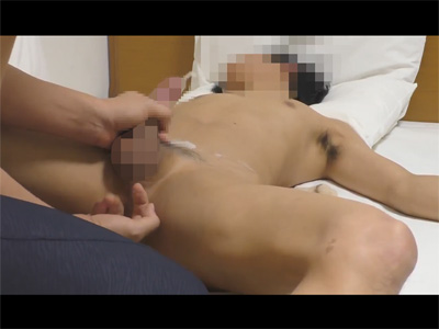 【Twitterゲイ動画】中指で前立腺を刺激されながら手コキで射精し休まずチンポをシゴカれて激潮吹き!