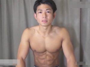 【ゲイ動画】腹筋の筋肉がヤバイ20歳のイケメンマッチョがケツの痛みに耐えながら覆面のタチのチンポを直腸で受け止める!