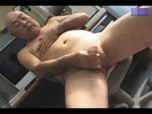 【ゲイ動画ビデオ】どことなく可愛らしいスキンヘッドのジジイが椅子に座りながら全裸でオナり粗チンから渾身の精子を搾り出す!