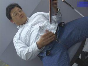 【ゲイ動画ビデオ】休日出勤中の50歳のおじさんが事務所でエロ本を片手にオナり甲高い喘ぎ声を上げてザーメンを発射!