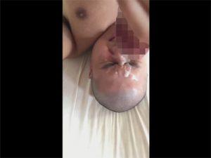 【Twitterゲイ動画】坊主頭の丸顔素人が眉間にシワを寄せながらチングリオナニーをして濃すぎる精子をセルフ顔射!