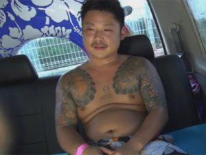 【ゲイ動画ビデオ】ヤクザ風のタトゥーが入ったチョイぽちゃノンケ素人を海でナンパし女に手コキでヌイてもらうところを撮影する!