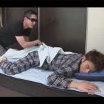 【ゲイ動画】ベッドで寝ていたナヨナヨ系男子を夜這い!ブリーフを脱がせてハメて絶頂しスッキリしたら即その場を去るゴーグルマン!
