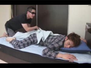 【ゲイ動画ビデオ】ベッドで寝ていたナヨナヨ系男子を夜這い!ブリーフを脱がせてハメて絶頂しスッキリしたら即その場を去るゴーグルマン!