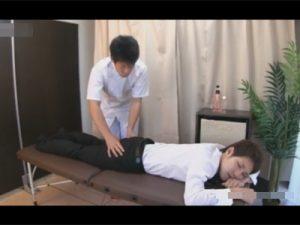 【ゲイ動画】外回り中のイケメン営業マンが気分転換にマッサージへ…足腰が疲れていると伝えたはずがアナルを掘られる超展開!?