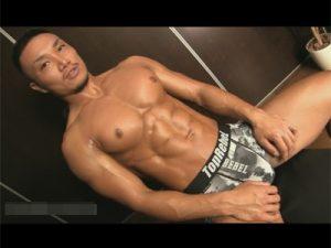 【ゲイ動画ビデオ】ほぼ毎日ジムに行って身体を鍛えている厳つい筋肉マッチョがオナホールや手でオナるエロい姿を魅せつける!