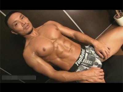 【ゲイ動画】ほぼ毎日ジムに行って身体を鍛えている厳つい筋肉マッチョがオナホールや手でオナるエロい姿を魅せつける!