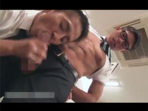 【ゲイ動画ビデオ】休日出勤中にオナっていたところをイケメン上司に見つかりしゃぶられシコられてイカされるメガネの後輩社員!