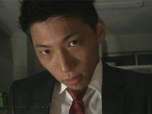 【ゲイ動画ビデオ】スーツイケメンが暗いオフィスで存在感のある太マラを手コキとバキュームフェラで責められ舌上射精もキメられてしまう!