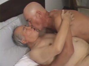 【ゲイ動画ビデオ】お盛んな70代のふんどしジジイがキスたっぷりのイチャイチャセックスで必死にチンポを勃たせてハメる!