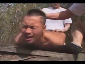 【ゲイ動画ビデオ】立ちションをしようとしたら暴漢に襲われレイプ!自分のおしっこを顔に浴びせられケツマンも口マンもチンポで塞がれる!