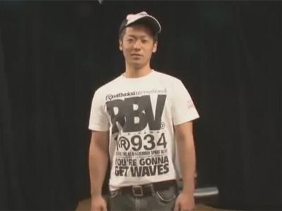 【ゲイ動画】ガタイの良い20歳のノンケが競パンに目隠し姿でゴーグルマンに全身をねぶられチンポをシゴかれる!