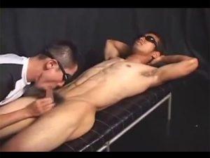 【ゲイ動画ビデオ】引き締まった筋肉ボディのレスリング選手がローションを大量に使った愛撫やフェラチオで責められて射精させられる!