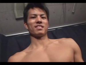 【ゲイ動画ビデオ】均整の取れた美しい肉体の細マッチョ素人の垂直に近い角度の勃起チンポをしゃぶってシゴいてイカせる!