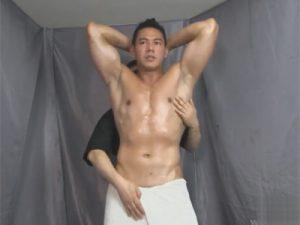 【ゲイ動画】腰にタオルを巻いたダンディなマッチョが全裸にさせられ乳首舐められながらドス黒いチンポをシコられ腰を浮かせて絶頂!