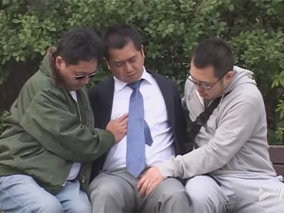 【ゲイ動画】ハッテン公園で酒を飲んで寝てしまったオヤジリーマン!飢えたゲイに雑居ビルに連れ込まれアナルレイプされることに!