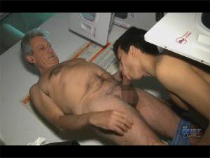 【無修正ゲイ動画】ダンディな欧米人のおじさんに抱かれる小柄な青年!ご奉仕精神抜群の青年に責められてアナルを生掘り!