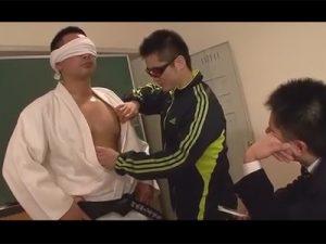 【ゲイ動画ビデオ】生徒に弱みを握られた2人の体育教師!絡み合うように命令され我を忘れて気持ちの良い性行為に没頭する!