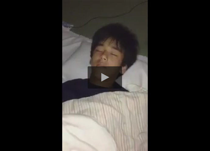 【Twitterゲイ動画】ぐっすり寝ているノンケの仮性包茎チンポをシコシコ!意識はないのにチンポは勃起し亀頭がこんにちわ!
