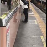 【Twitterゲイ動画】駅のホームで泥酔した乗客が立ちション!意識朦朧の中で漏らすことは辛うじて回避した模様!