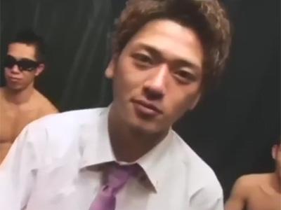 【ゲイ動画】EXILE風なスリ筋なイケメンたちがゴーグルマンに輪姦で犯されることになる!
