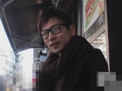 【ゲイ動画】おしゃれな服装のメガネのノンケイケメンを新宿でナンパ!オナニーを撮影させてもらいあわやセルフ顔射寸前!
