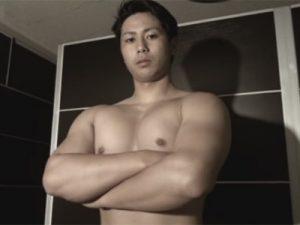 【ゲイ動画ビデオ】筋トレを楽しむマッチョな男がゴーグルマンにアナルセックスで犯されることになる!