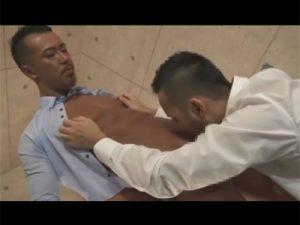 【ゲイ動画ビデオ】短髪のマッチョなサラリーマンがスーツを脱ぎながらアナルセックスを堪能することになる!
