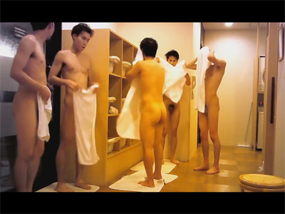 【無修正ゲイ動画】公衆浴場の脱衣所が盗撮されていて無防備な男の姿を見ることができちゃう!
