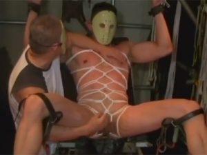 【薄モザゲイ動画】仮面をつけたマッチョな男がSMプレイで玩具を使われながら陵辱をされ続ける!
