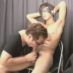 【ゲイ動画】シックスパックに腹筋が割れている男がゴーグルマンに目隠しとイヤホンをされた状態で犯され続ける!