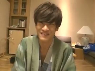 【ゲイ動画】イケメンが温泉を楽しんで素敵な部屋で食事を食べ終わったらオナニーでチンポをシゴイている姿を見せつける!