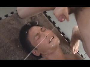 【ゲイ動画ビデオ】一人の男が無数の男たちに囲まれて乱交でぶっかけをされ続けることになる!