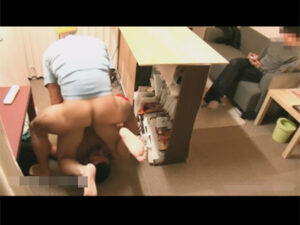 【ゲイ動画ビデオ】2人の男が人気がある場所で隠れながらアナルセックスを楽しんで乱れ続けることになる!