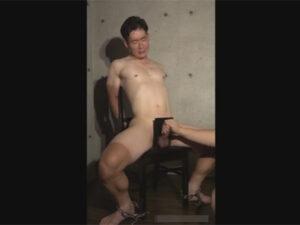【ゲイ動画ビデオ】拘束をされた弱々しい雰囲気の男がチンコにギロチンのような器具をつけられながら犯される!