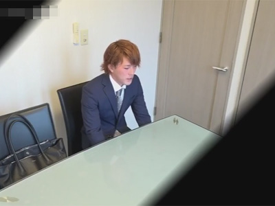 【ゲイ動画】金髪のスーツ姿の男がオナニーをディルドなどを使いながら楽しんで果てることになる!