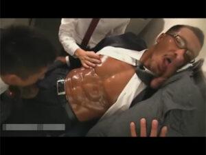 【ゲイ動画ビデオ】日焼けをして色黒なスーツ姿のマッチョな男が男に囲まれながらスケベに乱れ続けることになる!