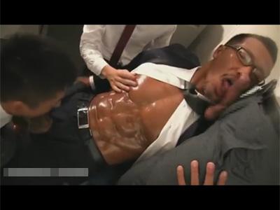 【ゲイ動画】日焼けをして色黒なスーツ姿のマッチョな男が男に囲まれながらスケベに乱れ続けることになる!