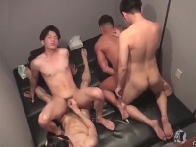 【ゲイ動画】うぶな男が仮面をつけた男たちに乱交で犯されて激イキをしながら乱れ狂うことになる!