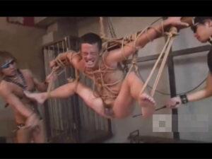 【ゲイ動画ビデオ】全身を縄で縛りあげられているドMな気質な男が笑顔で好きなように凌辱をされてアナルセックスで果てることになる!