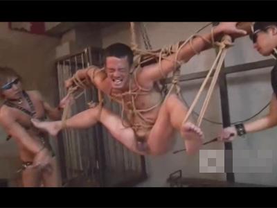 【ゲイ動画】全身を縄で縛りあげられているドMな気質な男が笑顔で好きなように凌辱をされてアナルセックスで果てることになる!
